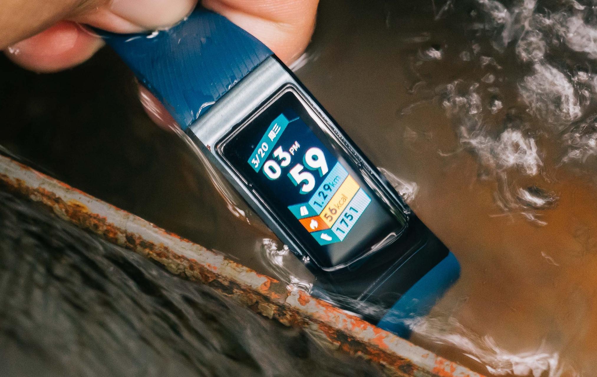 Huawei Band 3 Pro in acqua